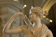 Artemisa con una corza (o Diana de Versailles), Roma Imperial, siglos I-II d. C. Mármol, 200 cm. (Museo del Louvre - París, Francia)  Acercamiento perfil - Foto de Marie-Lan Nguyen