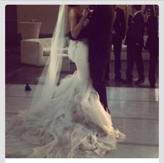 This wedding dress is so pretty!!