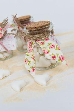 Μπομπονιέρα βαζάκι με λευκές καρδούλες σαπουνάκια