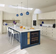 Perfectly suited to all homes, whether a period house or a modern new-build, Shaker kitchens continue to be as popular as ever. Be inspired by these Shaker kitchen design ideas to create your own Cream Kitchen Cabinets, Shaker Kitchen, Kitchen Paint, Kitchen Decor, Kitchen Design, Kitchen Ideas, Basement Kitchen, Kitchen Inspiration, Living Room Paint