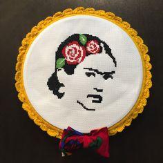Cruz artesanal cosido retrato de Frida Kahlo en un 10 diámetro aro que es también de ganchillo a mano.