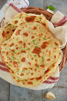 Flatbread Recipe With Only 3 Ingredients (Video) - Gemma's Bigger Bolder Baking - Bread Recipes Easy Flatbread Recipes, Naan Recipe, Chickpea Flatbread Recipe, Turkish Flatbread Recipe, Unleavened Bread Recipe, Dough Recipe, Bigger Bolder Baking, 3 Ingredient Recipes, Gastronomia