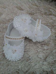 Sapatinho branco com flores brancas e pérolas brancas e strass. Até o tamanho 18.