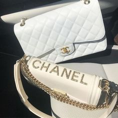 Women are downright obsessed with designer handbags. So obsessed they must have the newest creations by their favorite designer should they hit the stores. Burberry Handbags, Chanel Handbags, Fashion Handbags, Purses And Handbags, Fashion Bags, Chanel Fashion, Handbags Online, Emo Fashion, Luxury Bags