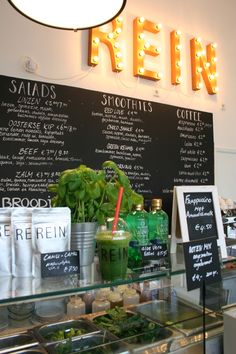 Rein Amsterdam, a nice place where they have delicious and healthy fastfood! Healthy Places To Eat, Fast Healthy Meals, Coffee Cafe, Coffee Shop, Food Court Design, Juice Store, Amsterdam Food, Cafe Art, Lunch Room