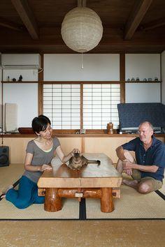 かつての趣の感じられる和室。座卓は安曇野の家具職人さんから直接購入したもの。