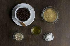 Als Kaffeejunkies können wir von den gut duftenden Peelings von Daniela nicht genug bekommen und haben daher heute ein selbstgemachtes zimtiges Kaffee-Haferflocken-Gesichtspeeling für euch. Vegane Naturkosmetik kann man mit einfachen Zutaten leicht selbermachen, was ihr alles dafür braucht zeigen wir euch in diesem DIY-Tutorial. Ihr braucht: 1/3 Tasse (frisch) gemahlenenweiterlesen …
