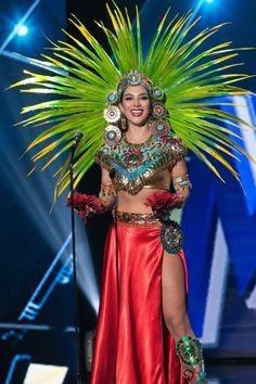 Wendy Esparza, Miss México 2015, luce su traje típico en el escenario del  Planet Hollywood Resort & Casino de Las Vegas, Nevada, el 16 de diciembre  de 2015.