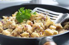 Dieses Rezept #Knödel mit Ei ist eine köstliche Resteverwertung, wenn vom Vortag Knödel übrig sind. Potato Salad, Food And Drink, Potatoes, Ethnic Recipes, Food And Drinks, Poor Mans Recipes, Potato