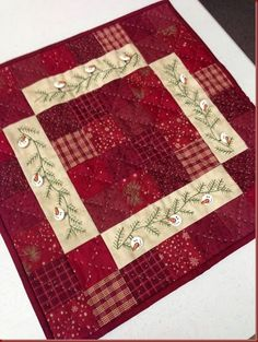 Christmas quilt square with snowman buttons Quilted Table Toppers, Quilted Table Runners, Small Quilts, Mini Quilts, Quilt Block Patterns, Quilt Blocks, Snowman Quilt, Winter Quilts, Miniature Quilts