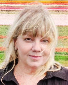 Marina de Graaf 16-12-1959  Nederlands actrice. Ze maakte op zestienjarige leeftijd haar debuut in de film Het debuut van Nouchka van Brakel. De film kwam uit in 1977, toen De Graaf zeventien was. Bijna twintig jaar later speelde ze de rol van Deedee in Antonia, de film die een Gouden Kalf en een Oscar won.  Tegenwoordig is zij eigenaresse en docente van Act2Act Acteerstudio in haar woonplaats Amsterdam. https://youtu.be/hm9KDEJvbFw
