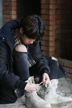 How can someone looks so I adorable while tying their shoelaces, smh