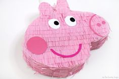 Kreieren Sie ein Peppa Pig Piñata - As The Bunny Hops® Birthday Pinata, Pig Birthday Cakes, 3rd Birthday Parties, 2nd Birthday, Birthday Party Centerpieces, Peppa Pig Party Games, Peppa Pig Pinata, Kids Party Decorations, Ideas Party