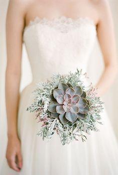 Einfaches aber hübsches Sukkulenten Bouquet für Ihre Hochzeit  Check more at http://www.hochzeitstil.com/15-besten-sukkulenten-bouquet-fur-ihre-hochzeit/
