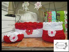 juego de 3 canastas en trapillo rojo y blanco. flor de encaje blanco.