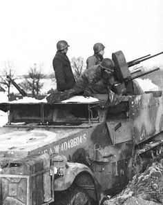 Une demi-piste américaine avec des mitrailleuses quad. 50 - utilisé comme plate-forme antiaérienne. Bataille des Ardennes.
