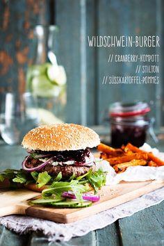 Wildschwein-Burger mit Cranberry-Kompott und Süßkartoffel-Pommes. Seelenschmeichelei.blogspot.de