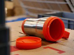 Tazza termica in acciaio inossidabile con manico e coperchio in plastica personalizzata in tampografica ad un colore.  #tazzepersonalizzate #tazzetermiche #tazze #tampografica