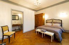 Une chambre au look rustique et ancien.