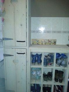 Schoenenkast en kast voor schoonmaakspullen