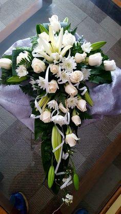 Arrangements Funéraires, Funeral Floral Arrangements, Unique Flower Arrangements, Funeral Bouquet, Funeral Flowers, Wedding Flowers, Funeral Sprays, Cemetery Decorations, Cemetery Flowers