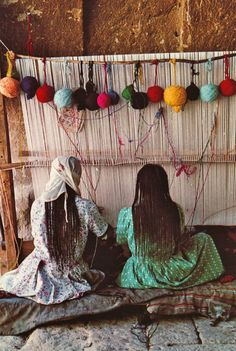 Weaving, great udea to display the yarn on top of the loom Weaving Textiles, Tapestry Weaving, Loom Weaving, Hand Weaving, Persian Carpet, Persian Rug, Fotojournalismus, Cultures Du Monde, Art Tribal