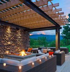 Feuerstelle mit Ablagefläche, Holz-Pergola und Rattan-Möbel