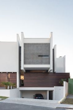 RK House von AP Arquitetos in Curitiba, Brasilien Arch House, Facade House, House Facades, Modern Architecture House, Facade Architecture, Residential Architecture, Chinese Architecture, Futuristic Architecture, Modern Houses
