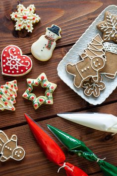 Ghiaccia reale - Per decorare biscotti e dolci Contemporary Christmas Trees, Biscuits, Cookies, Food Design, Christmas Traditions, Food Art, Sweet Recipes, Food To Make, Cake Decorating