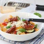 Pasta med grillede grønnsaker, pølse og parmesan