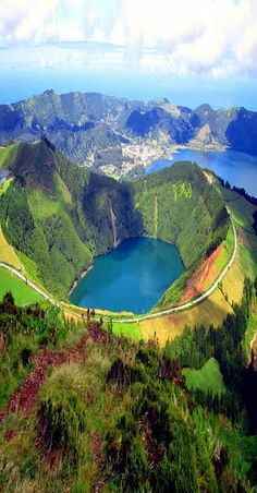 Lago de Fuego, Isla de Sao Miguel-Azzore. Un paraíso con vistas impresionantes! Rising directamente del Océano Atlántico alrededor de 1.500 kilometros de la costa de Portugal continental es el archipiélago de las Azores (Açores). De origen volcánico de la cadena se extiende casi 600 kilometros y consta de nueve islas importantes y ocho islotes más pequeños conocidos localmente como Formigas (hormigas!).