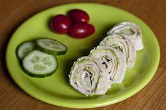 Tortilla Schnecken, oder Pinwheels wie sie auf Englisch genannt werden, sind eine einfache und leckere Abendbrotalternative die bei Kindern, wegen der süßen Form, sehr gut ankommen.