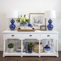Hamptons Style - Blue and White Console with Beach House Decor Die Hamptons, Hamptons Style Decor, Hamptons House, Hamptons Beach Houses, Hamptons Style Bedrooms, Hamptons Living Room, Coastal Living Rooms, Living Room Decor, Living Area