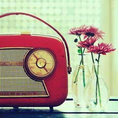 Retro Rebel the Perfect Vibe - Vintage Wedding Decor Ideas Vintage Love, Retro Vintage, Vintage Items, Vintage Music, Radios, Rebel, Portable Record Player, Radio Antigua, Ipad
