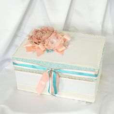 Caixa para buquê de broches, com estrutura interna de suporte para preservar a forma das flores.  #caixa #bouquet #buquê #broches #suporte #renda #cetim #achadododia #achadosqueamamos #achado #noivinhasdeluxo