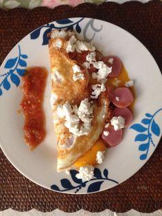 Torta de huevo con salsa, salchicha de pavo y queso panela.