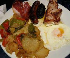Plato Alpujarreño, típico de la Alpujarra, patatas a lo pobre con huevo frito, jamón, morcilla, chorizo y pimiento frito, alguien da más...