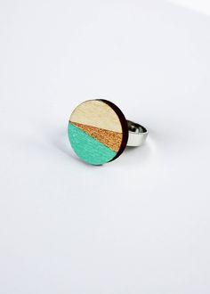 Houten ronde ring, houten juwelen, geometrische ring, cadeau ring, geometrische houten sieraden, scandinavisch design, turquoise, goud door JolisMots op Etsy