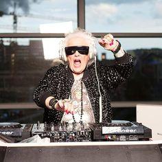 Ruth Flowers de 72 años decidió convertirse en DJ de Clubs a los 68 años de edad.