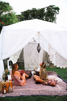 10 Summer Theme Party Ideas Everyone Will Love It's easy to host a party, but hard to make it the most memorable of the summer. Here are 10 summer theme party ideas to make yours the best of the year! Zelt Camping, Diy Camping, Camping Ideas, Backyard Camping, Glamping, Summer Party Themes, Party Summer, Ideas Party, Patio Party Ideas