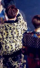 EXO Lay patting D.O's butt XD i find this adorablee☆ #yixing #kyungsoo