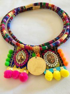 Cordón etnico estilo mexicano. Colecciones juntas . Escapulario con pompones y monedas antiguas mexicanas. Hecho a mano