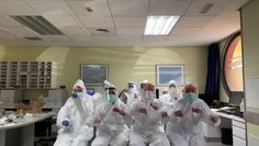Funny Memes Discover Spanish doctors celebrate the arrival of new protective suits Spanish doctors celebrate new protection suits. The second to last one is hilarious! Goes backwards. Funny Vid, Funny Clips, Stupid Funny Memes, Hilarious, Funny Photos Of People, Funny Pictures, Happy Stories, Funny True Quotes, All The Things Meme
