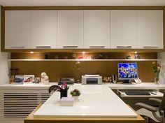 projeção da mesa, estantes, armários e iluminação