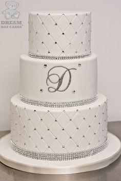 Wedding Cake fleuri à 3 étages: blanc et strass... #TheBeautyHours