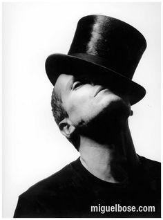 11 maneras de ponerse un sombrero. Boys Keep Swinging, Miguel Bose, Cool Poses, Latin Music, David Bowie, Black And White, Photography, Men, Top Hats