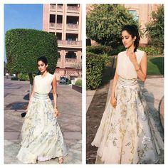 "3,571 curtidas, 22 comentários - Abu Jani Sandeep Khosla (@abujanisandeepkhosla) no Instagram: ""White Light! Jhanvi Kapoor is stunning in a white lehenga by Abu Jani Sandeep Khosla.…"""