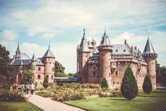 Did you know only an hour from Amsterdam is the prettiest castle in all of the Netherlands? Here's how to visit Castle de Haar in Utrecht. Love this castle! Day Trips From Amsterdam, Visit Amsterdam, Amsterdam City, Amsterdam Travel, Amsterdam Netherlands, Beautiful Castles, Beautiful Places, Bodiam Castle, Amsterdam Red Light District