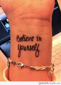 Man muss in sich selbst vertrauten steht auf diesem Tattoo Spruch am Handgelenk