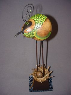 Such a cute gourd bird! Too big for her nest :'))) Decorative Gourds, Hand Painted Gourds, Contemporary Baskets, Diy And Crafts, Arts And Crafts, Gourds Birdhouse, Gourd Art, Nature Crafts, Bird Feathers